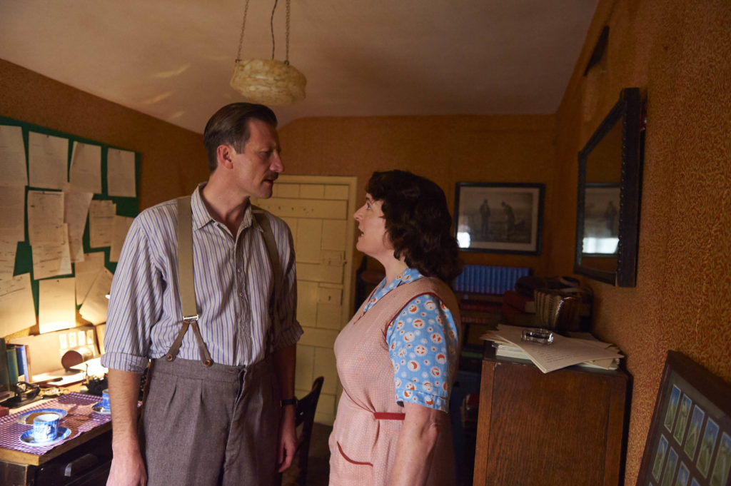 ITV STUDIOS PRESENTS HOME FIRES EPISODE 1 Pictured : CLAIRE RUSHBROOK as Pat Simms and MARK BAZELEY as Bob Simms. Photographer: STUART WOOD This image is the copyright of ITV and must be credited. The images are for one use only and to be used in relation to Home Firs, any further charge could incur a fee.